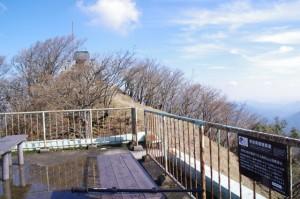 避難小屋の上部にある展望台(高見山山頂)
