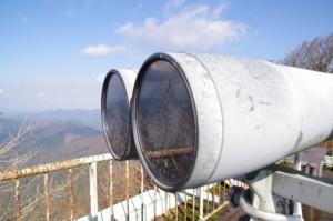 避難小屋の上部にある展望台に設置された双眼鏡(高見山山頂)