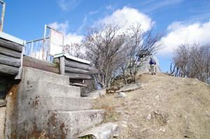 避難小屋と高角神社(高見山山頂)