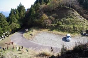 小峠への分岐付近から望む大峠の駐車場