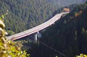 大峠〜高見トンネル入口の途中から望む国道166号のループ橋