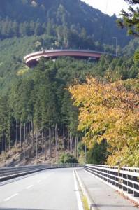 振り返って上方に見えるループ橋(国道166号)