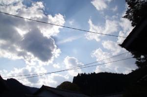 紅葉の波瀬神社から望む雲に隠れた太陽(飯高町波瀬)
