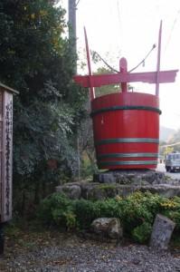 水屋神社前の巨大な赤桶(国道166号沿い)