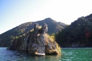 粟生頭首湖の「神の岩」(大台町粟生)