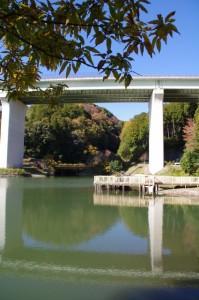 三ツ谷池公園と紀勢自動車道(大台町粟生)