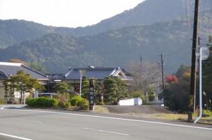 浄保法師五輪塔の近くにある熊野街道の道標(多気町相鹿瀬)
