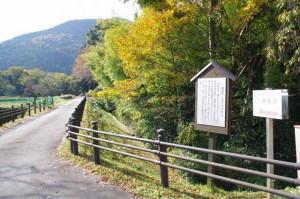 三瀬砦跡への案内矢印と説明版(大台町下三瀬)