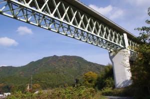 熊野古道と紀勢自動車道(大台町下三瀬付近)