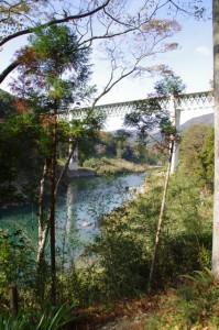 三瀬の渡し付近から望む紀勢自動車道