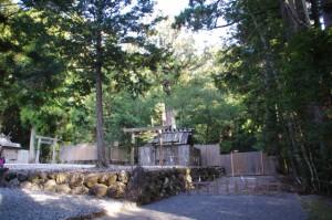 長由介神社(川島神社を同座)とその奥にある新御敷地