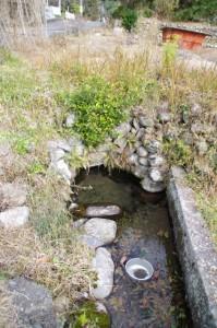 湧き水(旧熊野街道道標から米配場へ(大台町下三瀬))