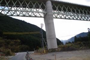 紀勢自動車道の高架(旧熊野街道道標付近〜三瀬の渡し)