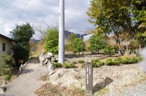 道標(↓慶運寺・北畠具教三瀬砦跡、→三瀬の渡し)