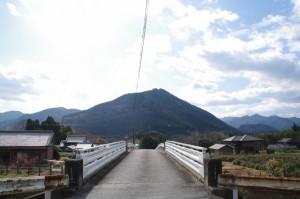 下三瀬跨線橋(JR紀勢本線)から望むコウモリ山