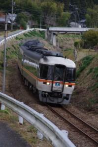 下三瀬跨線橋を通過したJR特急南紀号