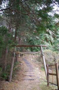 茶臼山の山道(参道)に建つ鳥居(大台町)