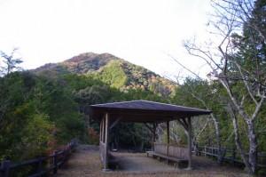 茶臼山の広場から望む先ほど登った山(大台町)