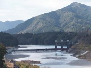 七保大橋(宮川)から望む粟生頭首工