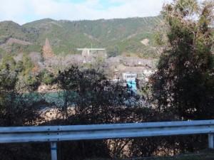 (15) 大神宮山御幣魚取神社〜(14) 慶林寺への途中で望む粟生頭首工と紀勢自動車道の高架